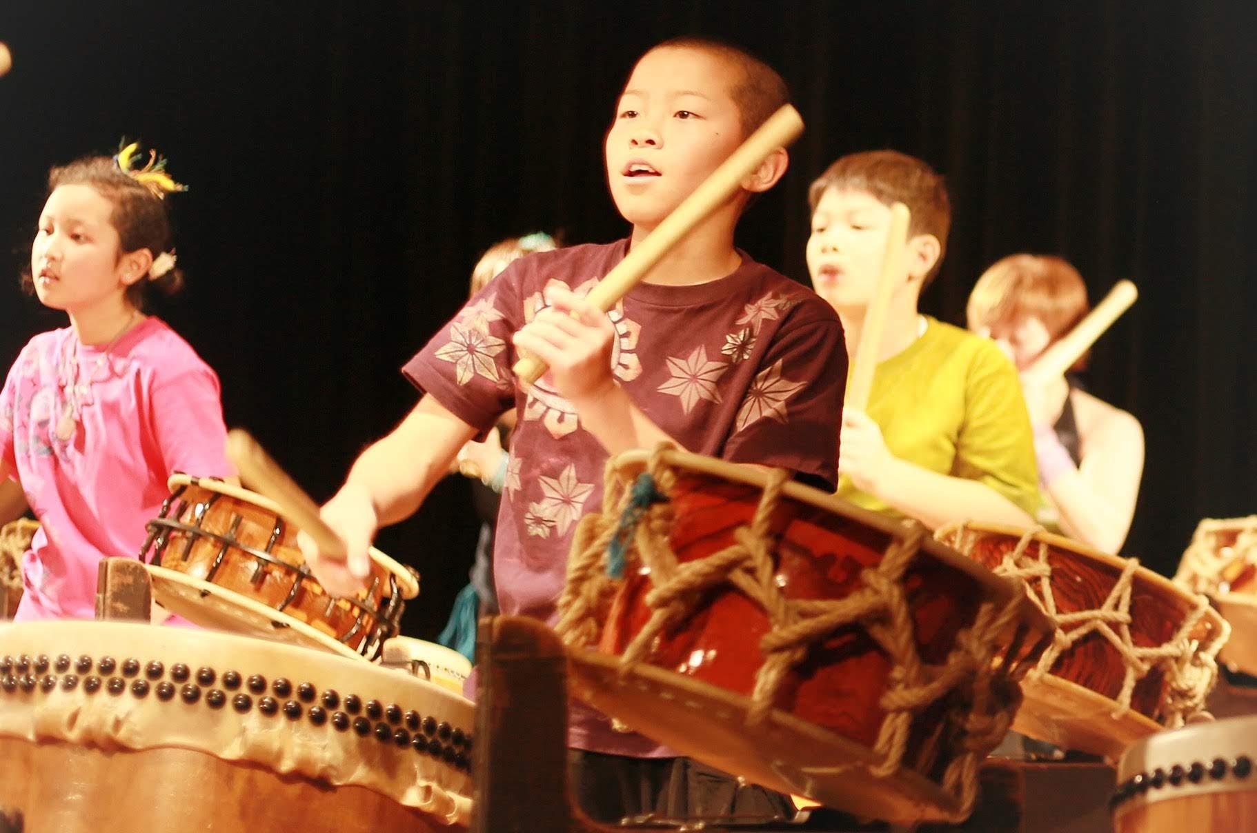 子供が和太鼓を叩いてる写真