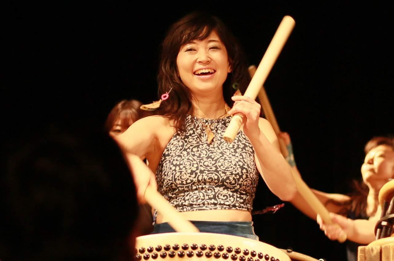 女性が和太鼓を叩いている写真