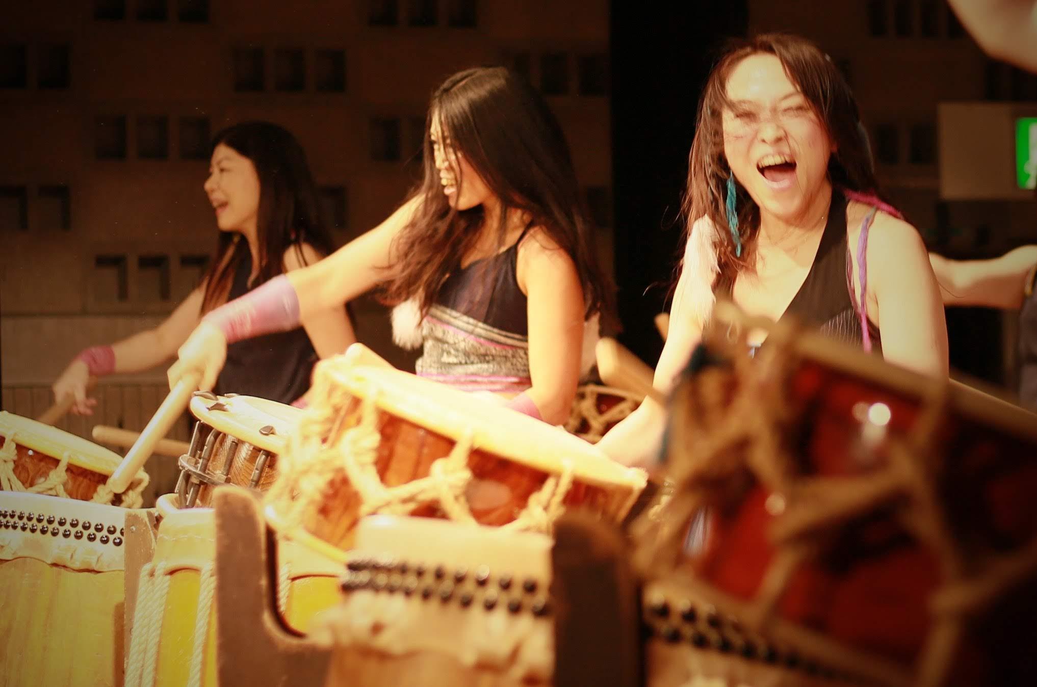 顔で和太鼓を表現している写真